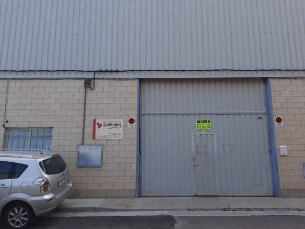 Warehouse of 142 m2, with lighting. It has about 25m2 of office and service. Available soon.